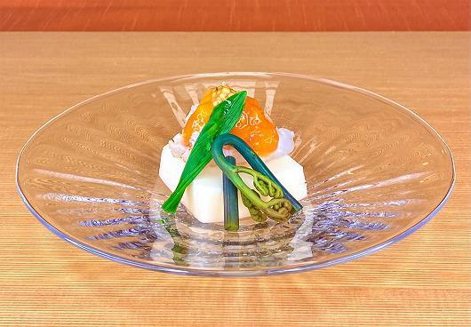 新玉葱とうふ牡丹海老のせ フルーツトマトたれ ~ 4月の箸染め ~